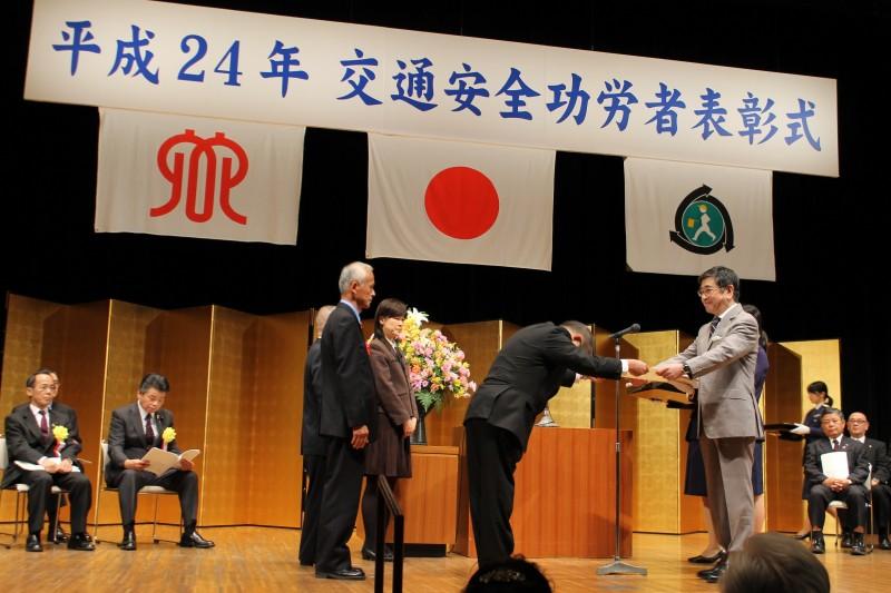 受賞者に表彰状を授与する石坂会長